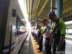 Jadi Pro-Kontra, Pegawai KAI Tetap Menunduk Saat Kereta Berangkat