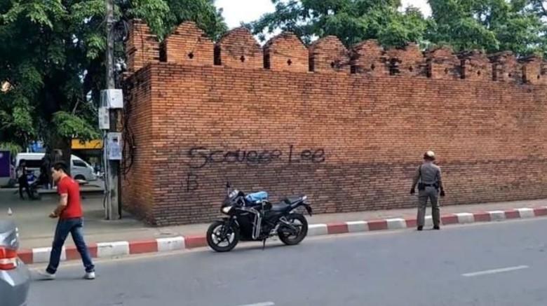 Foto: Vandalisme di Tha Phae Gate, Chiang Mai (Viral Press/BBC)