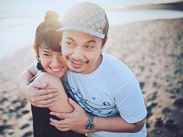 Aih, mesranya pasangan yang menikah pada 5 Mei 2018 ini, Bun. (Foto: Instagram @anissaaziza)