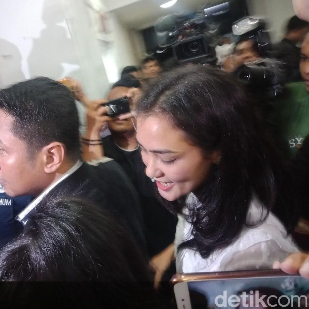 Tiba di Polda, Atiqah Hasiholan Tak Didampingi Rio Dewanto