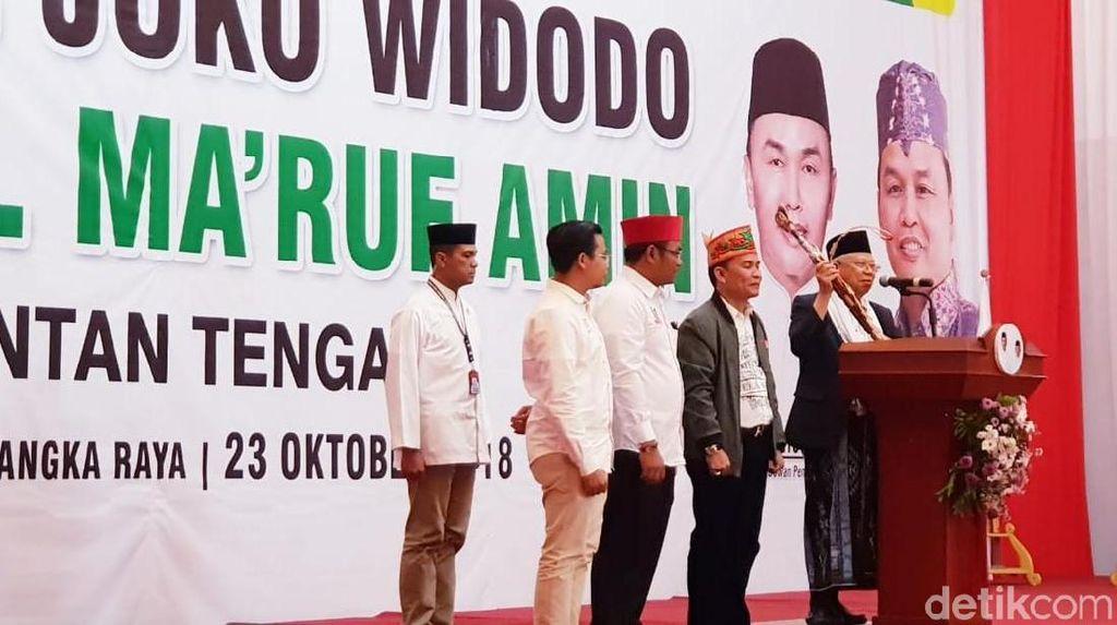 Canda Maruf Amin Dapat Mandau Kalimantan