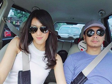 Di mobil, wefie dulu dong.Hmm, laginggak nyetir Raditya Dika kok tegang? He-he-he. (Foto: Instagram @anissaaziza)