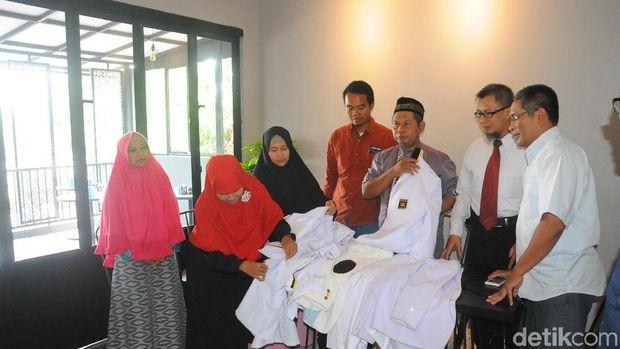 Pengurus PKS Banyumas melepas baju kebesaran PKS.
