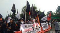 Bawa Bendera Tauhid, Massa Gema Pembebasan Beraksi di Depan Istana