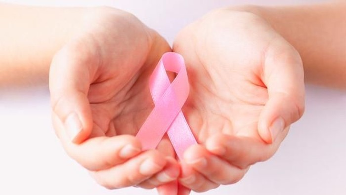 Selain benjolan, terdapat gejala kanker payudara yang patut kamu waspadai. (Foto: iStock)