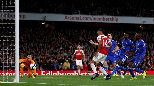 Aubameyang jadi bintang Arsenal saat lawan Leicester.