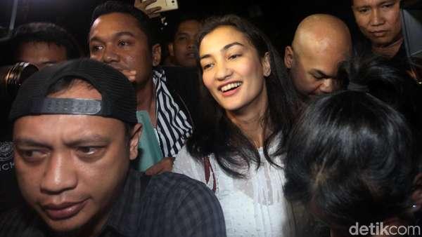 Semringahnya Atiqah Hasiholan saat Tiba di Polda Metro Jaya