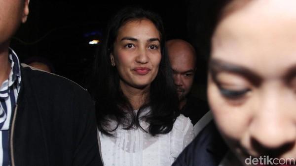 Diam dan Senyuman Atiqah Hasiholan Usai Diperiksa Kasus Hoax Ratna Sarumpaet