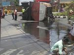 Truk Tangki Terguling, 50 Ribu Liter Minyak Tumpah Jadi Rebutan