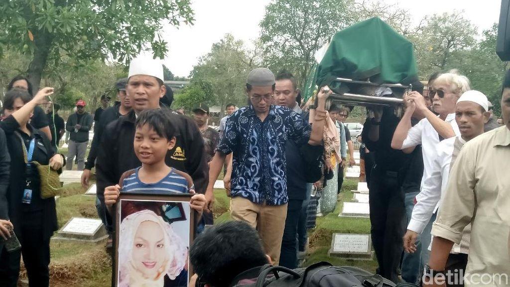 Keluarga Ikhlas dan Tabah di Pemakaman Titi Qadarsih