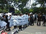 Bawa Keranda, Pendemo Tuntut Polisi Tuntaskan Kasus Ahmad Dhani