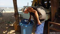 Foto: Kelakuan Bule Mengais Sampah di Bali Gara-gara Ingin Hemat