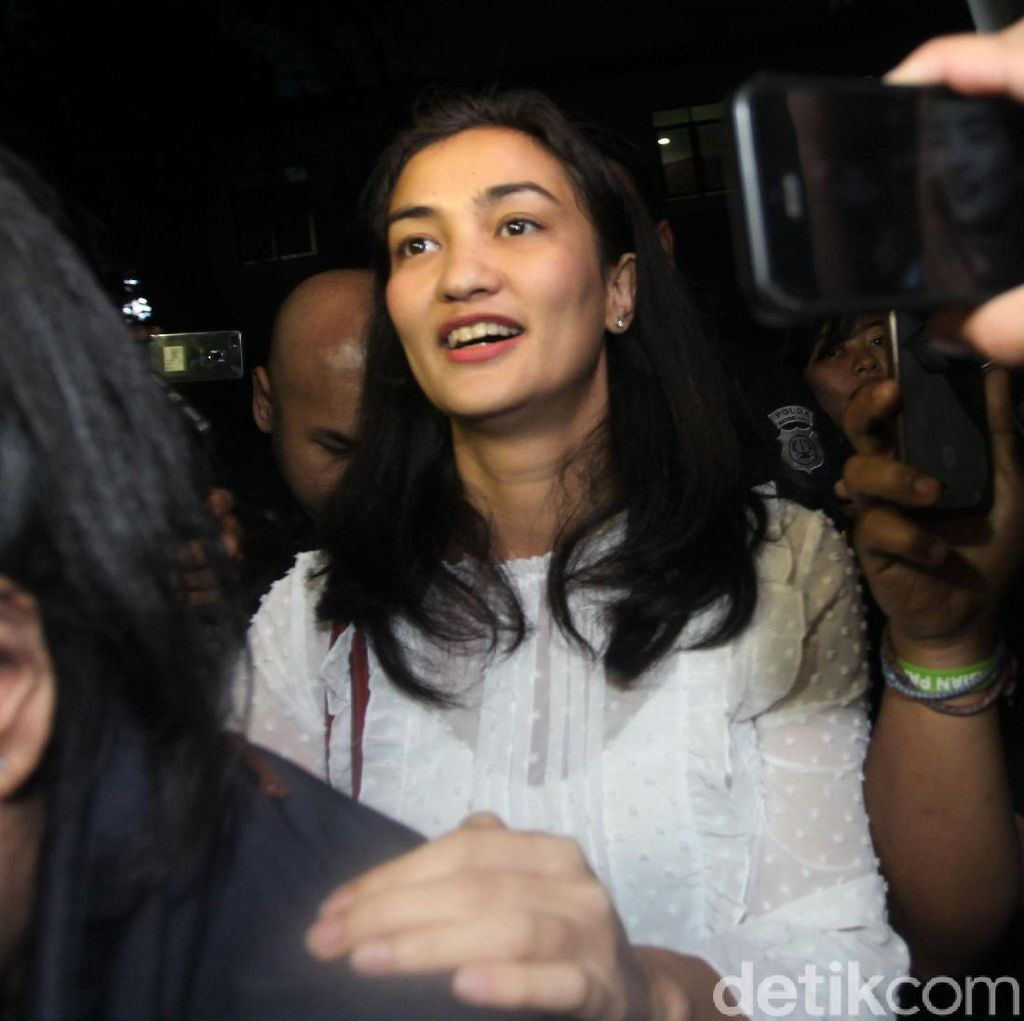 Soal Foto Hoax Ratna Sarumpaet, Atiqah Hasiholan: Permisi
