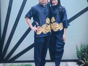 Anissa Aziza pakai baju dan celana kembarandengan Raditya Dika. (Foto: Instagram @anissaaziza)
