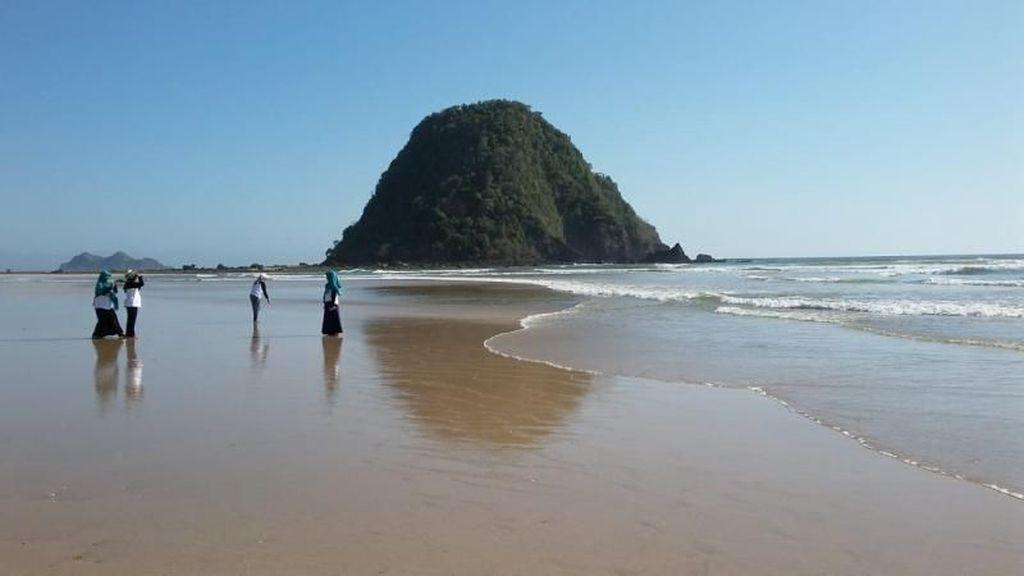 Hai, Dapat Salam dari Pantai Pulau Merah Banyuwangi