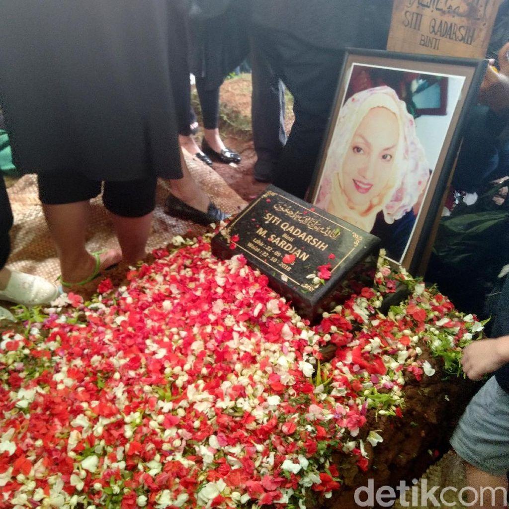 Pemakaman Titi Qadarsih Dihadiri Banyak Artis Senior