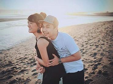 Anissa Azizalagi bermesraan dengan Raditya Dika di pantai. Romantis ya, Bun. (Foto: Instagram @anissaaziza)