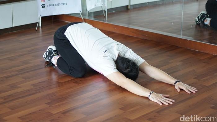 Pegal-pegal karena bantal salah posisi bisa diredakan dengan posisi ini. Namanya childpose. (Foto : Annissa Widya Davita/ detikHealth)