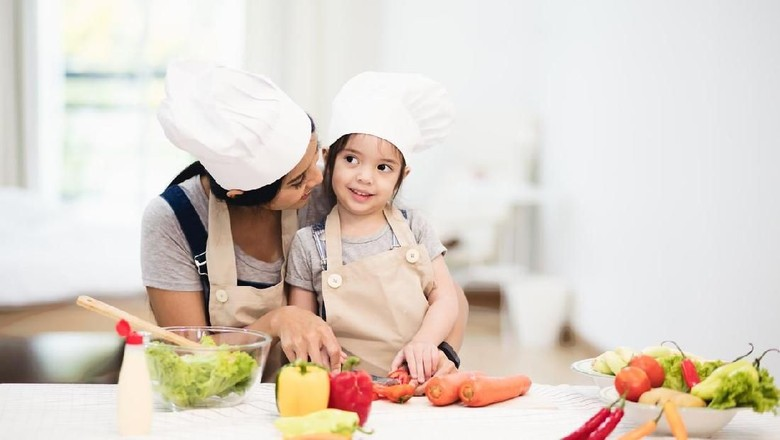 Ilustrasi ajak anak memasak/ Foto: iStock
