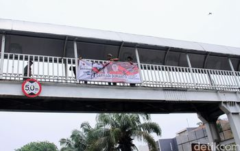 Satpol PP Tertibkan Alat Peraga Kampanye di Jakbar