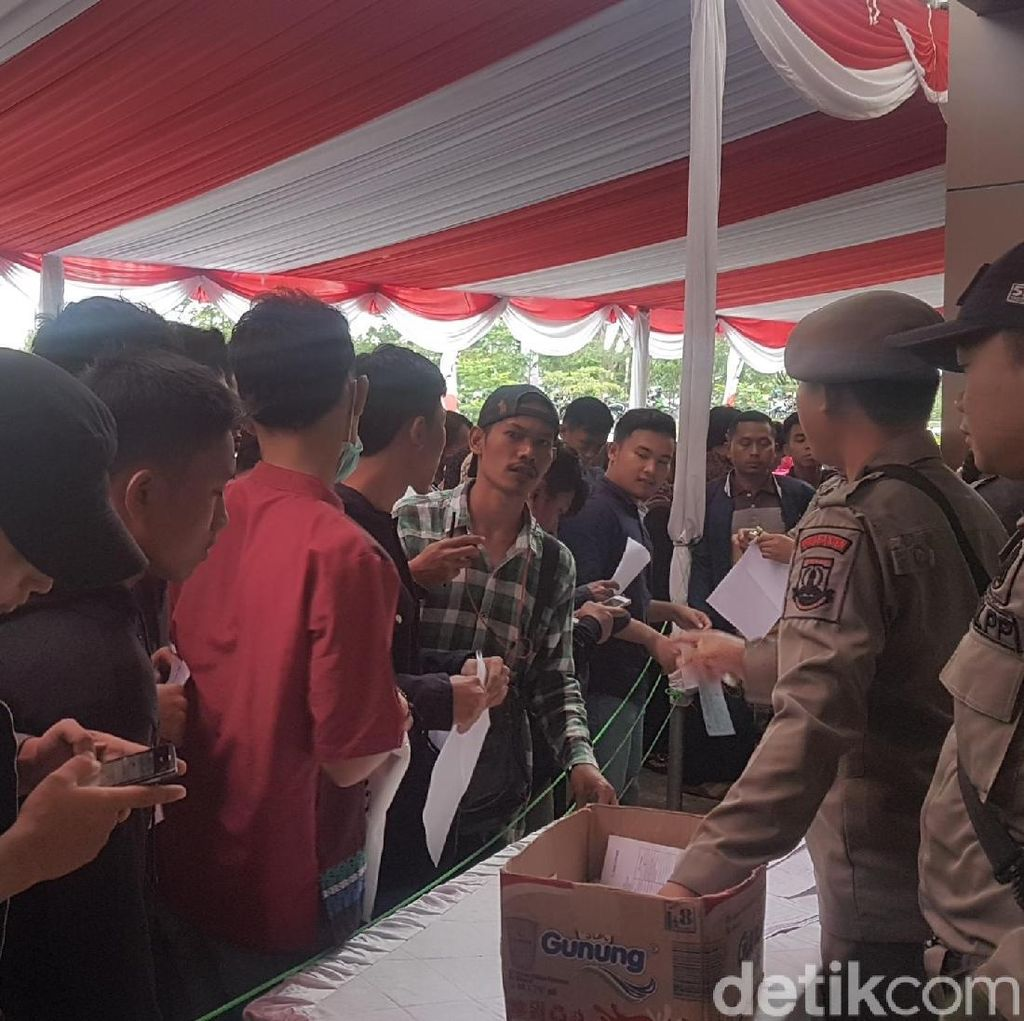 Dijanjikan e-KTP 2 Hari Jadi, Warga Serbu Kantor Pemprov Banten