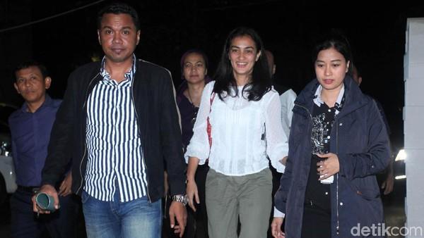 Sambangi Polda, Atiqah Hasiholan Cerita Perkembangan Ratna Sarumpaet