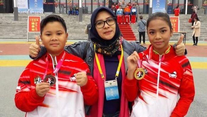 Ghaniya Zada Achari dan Emir Fadilghani Achari meraih medali di kejuaraan wushu yang digelar di China (Foto: dok. Istimewa)