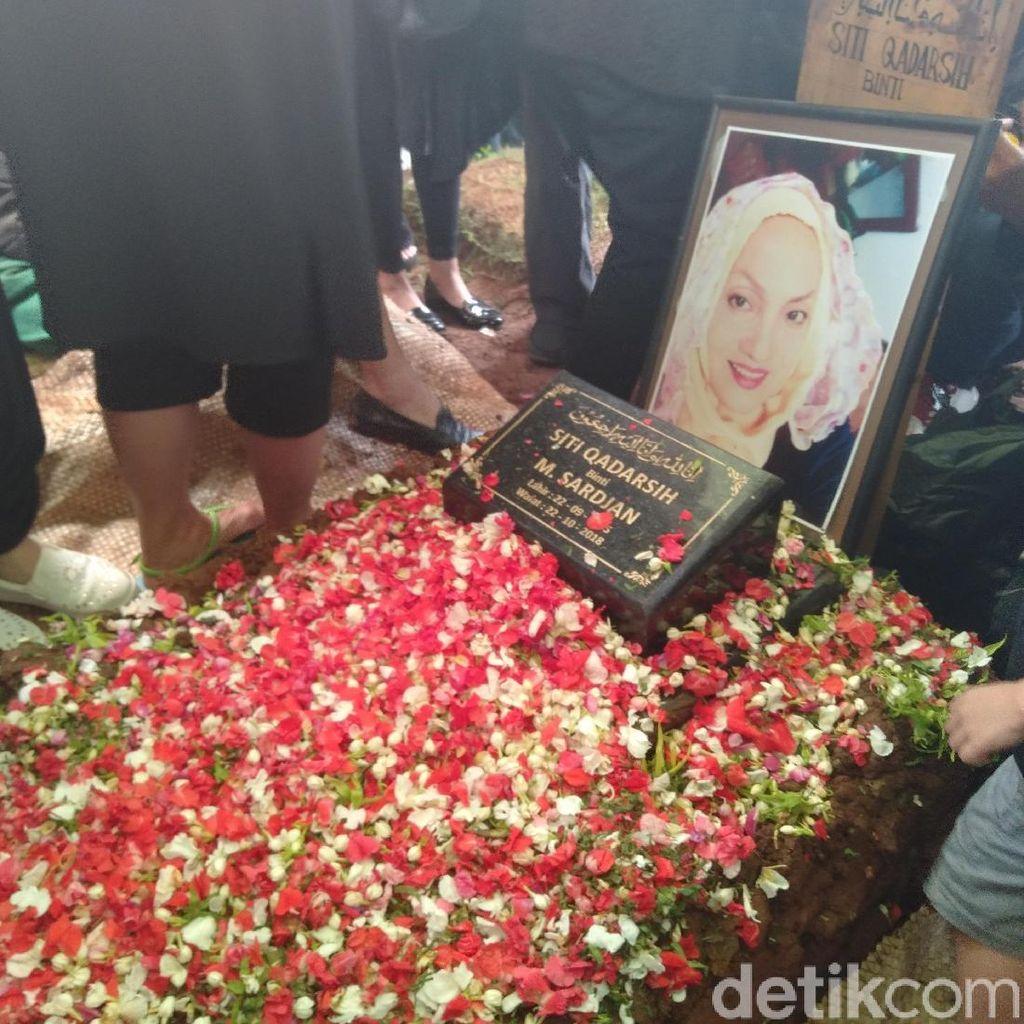 Suasana Khusyuk di Pemakaman Titi Qadarsih