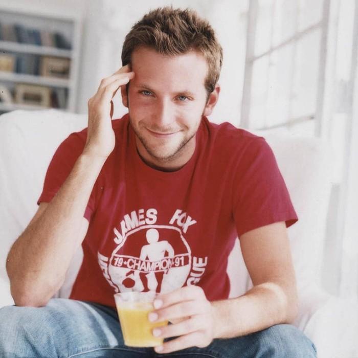 Wah, foto ini diambil tahun berapa ya kira-kira? Bradley muda menebar senyum manis sambil membawa gelas minuman. Foto: Instagram bradleycooper_indo