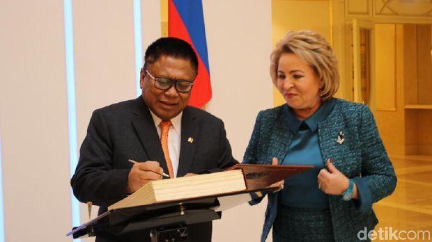 OSO mengisi buku tamu di Gedung Dewan Federasi Rusia