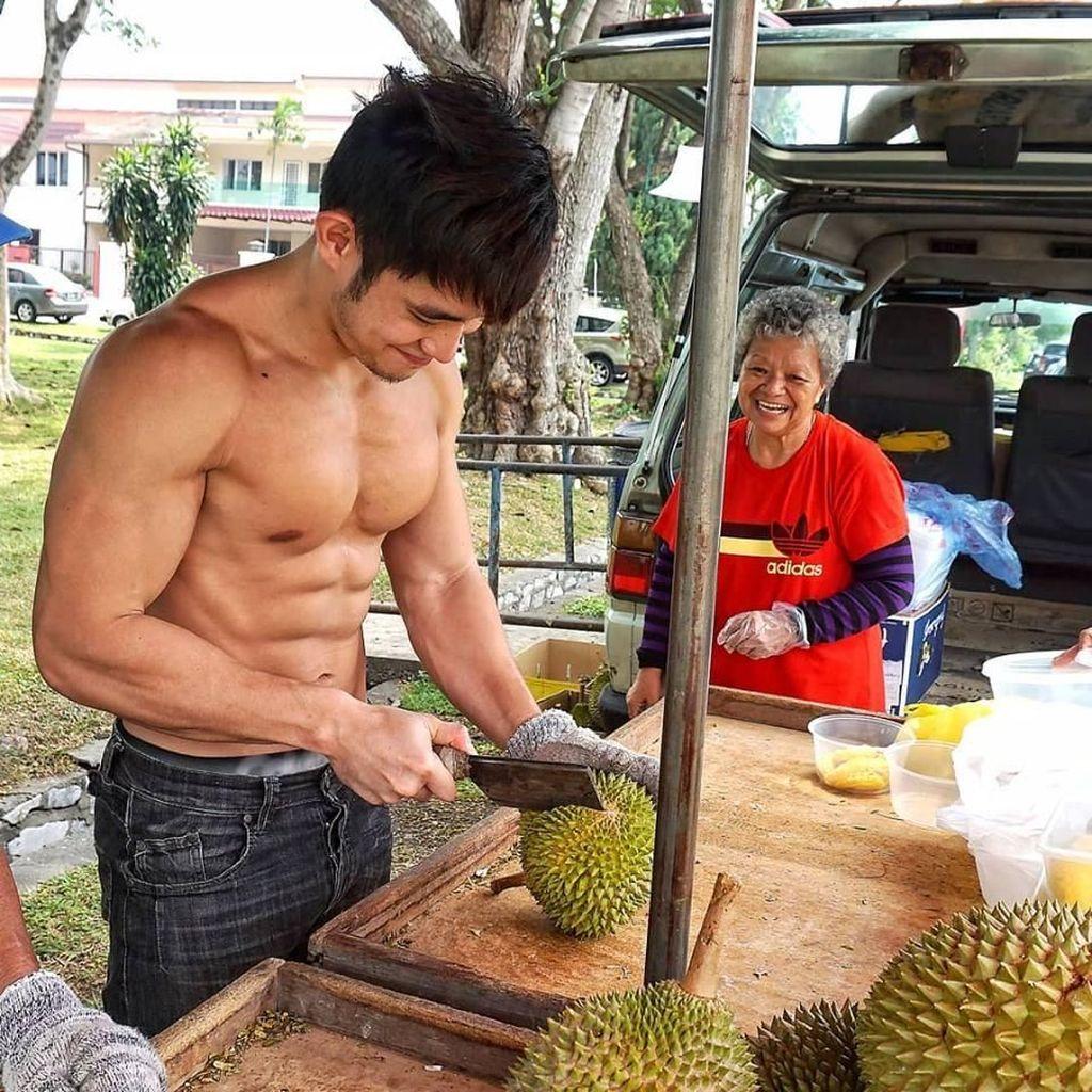 Wah, YouTuber Atletis dan Keren Ini Dulunya Penjual Durian