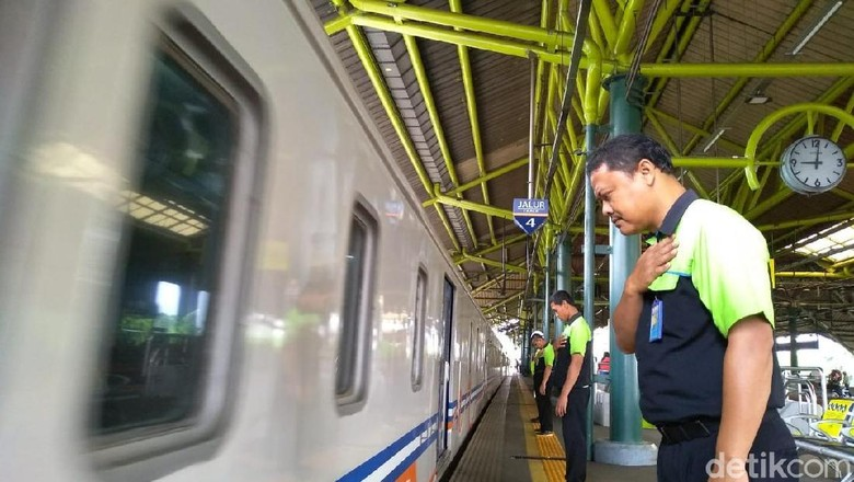 Awal Mula Gestur Menunduk Pegawai PT KAI Saat Kereta Berangkat