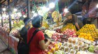Aktivitas pedagang buah di Pasar Rebo