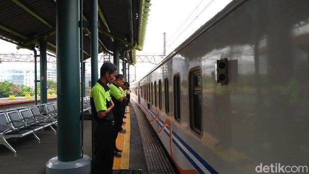 Pegawai PT KAI bersiap saat kereta akan berangkat /