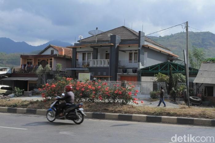 Kondisi terkini rumah sekaligus pabrik mewah miras oplosan milik Sansudin Simbolon yang disita polisi. (Foto: Wisma Putra/detikcom)