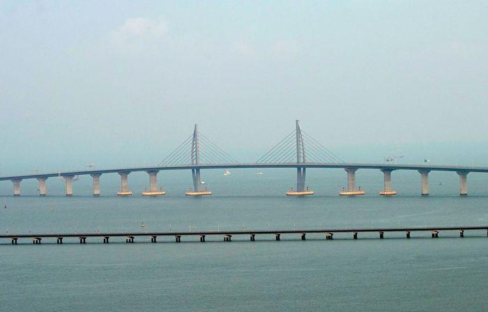 Jembatan laut penghubung Hong Kong dan Makau diresmikan hari ini, Selasa (23/10/2018) waktu setempat. Jembatan laut itu pun disebut menjadi yang terpanjang di dunia. Aly Song/Reuters.