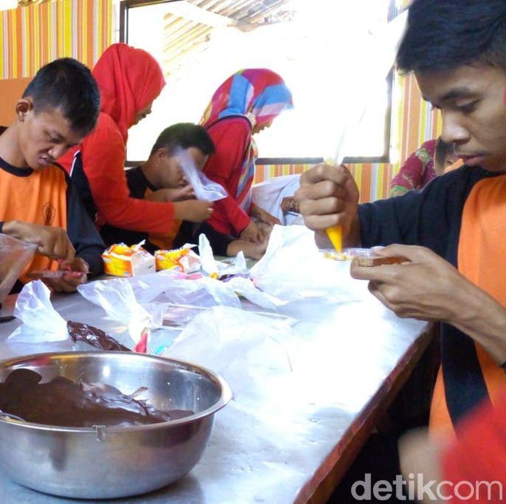 Intip Keseruan Belasan Siswa SLB di Ponorogo Belajar Bikin Kue