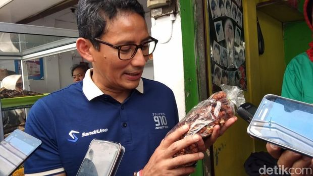 Sandiaga Uno belanja gula kacang di Salatiga.