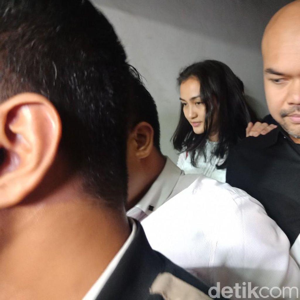 Atiqah Hasiholan Bungkam Usai Diperiksa soal Kasus Hoax Ratna