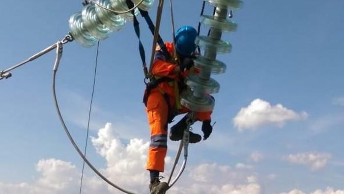 Selama 25 hari petugas PLN memperbaiki jaringan listrik di Palu dan sekitarnya pasca gempa dan tsunami akhir September lalu. Yuk lihat perjuangan mereka.