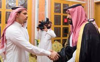 Salah, putra Jamal Khashoggi, saat bersalaman dengan Putra Mahkota Saudi Pangeran Mohammed bin Salman