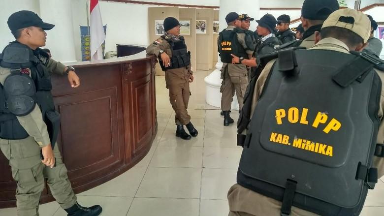 Anggota Satpol PP Mimika Demo Tuntut Bosnya Diganti