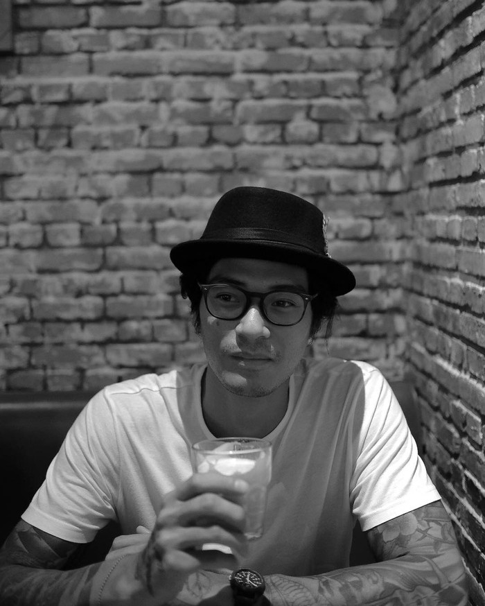 Mengawali karir sebagai seorang model, Marshall Sastra kini lebih memilih berpetualang dan menjelajah wilayah Indonesia lewat acara MTMA. Ia merupakan penggemar kopi. Foto: Instagram @marshallsastra