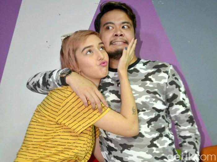 Reza SMASH dan kekasihnya Fabiola saat mengisi acara Rumpi: No Secret.