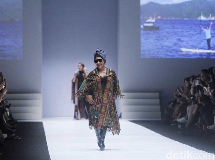 Menteri Kelautan dan Perikanan Susi Pudjiastuti tampil sebagai model fashion show Anne Avantie di Jakarta Fashion Week 2019. Foto: Muhammad Abduh/Wolipop
