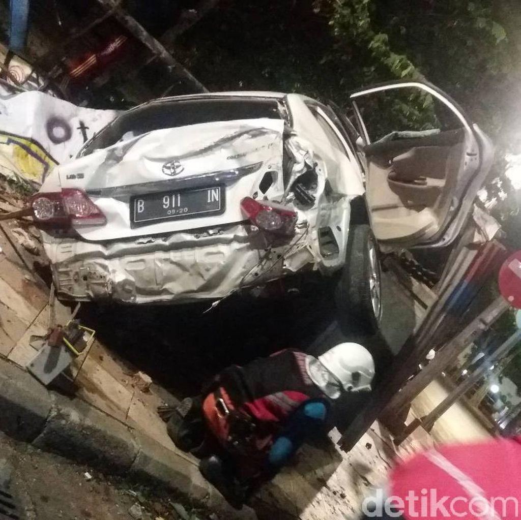Ini Penyebab Mobil Tabrak Monumen Air Mancur di Surabaya