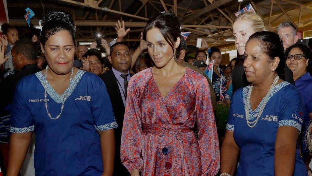 Foto: Intip Gaya Anggun Meghan Markle Saat Blusukan ke Pasar Fiji