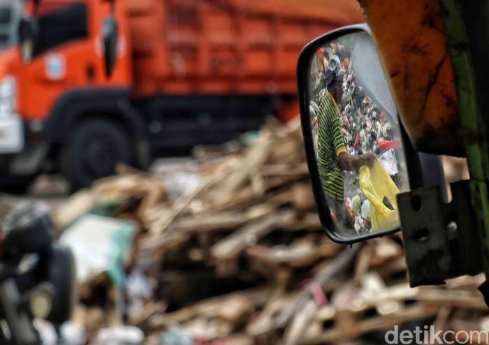 Sejumlah petugas beraktivitas di tempat penampungan sampah sementara, Sunter, Jakarta Utara,  Rabu (24/10). Tempat penampungan sampah sementara tersebut nantinya akan menjadi Intermediate Treatment Facility. Pemprov DKI Jakarta segera melakukan groundbreaking Intermediate Treatment Facility (ITF) atau fasilitas pengolahan sampah di Sunter Jakarta Utara pada Desember. ITF Sunter diharapkan jadi alternatif tempat pengolahan sampah selain Bantargebang, Bekasi. Menurut Kepala Dinas Lingkungan Hidup DKI Isnawa Adji  ITF Sunter ditargetkan bisa mengolah 2.200 ton sampah di DKI per hari dengan rencana menghasilkan listrik di 35 megawatt.