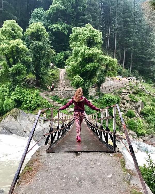 Begini aksi Sana saat menjelajadi alam pedesaan Tosh Village di daerah Lembah Parvati. (Instagram/@sanaofficial)