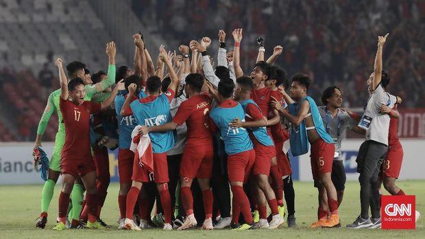 Timnas Indonesia U-19 merayakan kemenangan atas Uni Emirat Arab dan lolos ke perempat final Piala Asia U-19 2018.